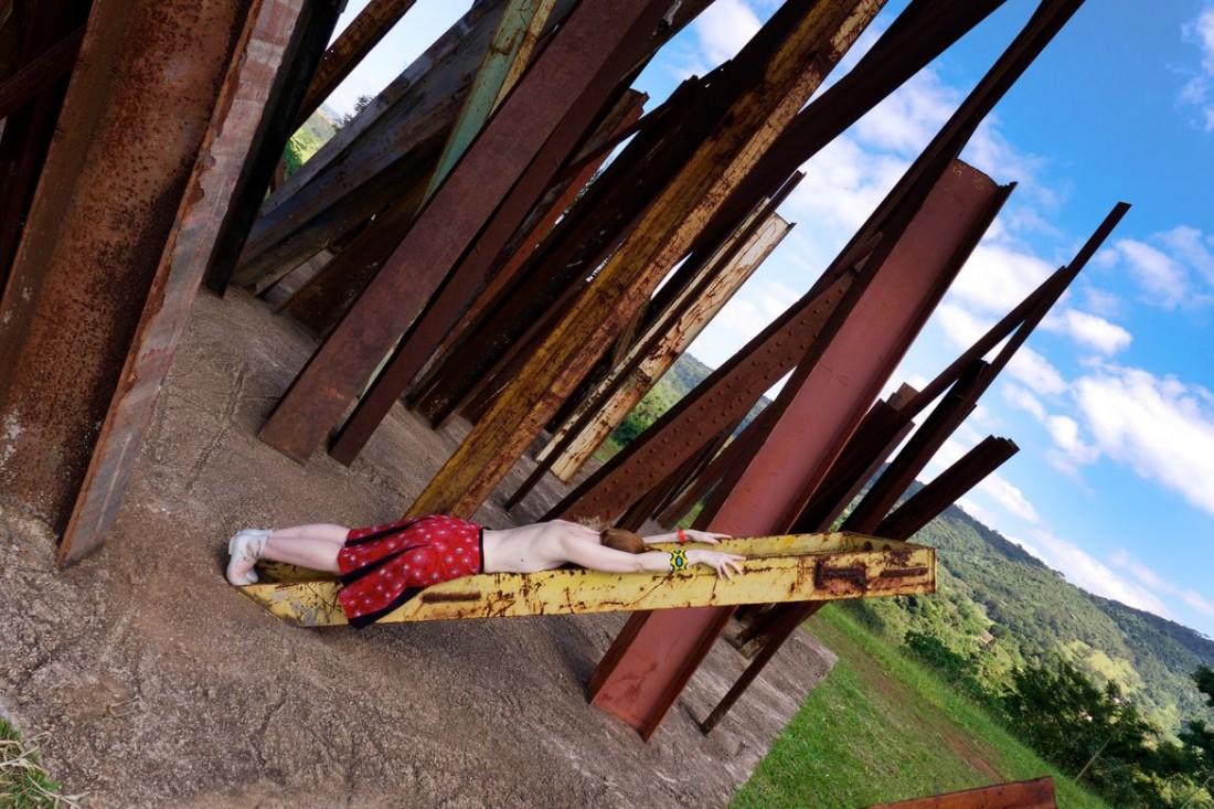 Cécile Proust dans l'oeuvre de Chris Burden au centre d'Art d'Inhotim